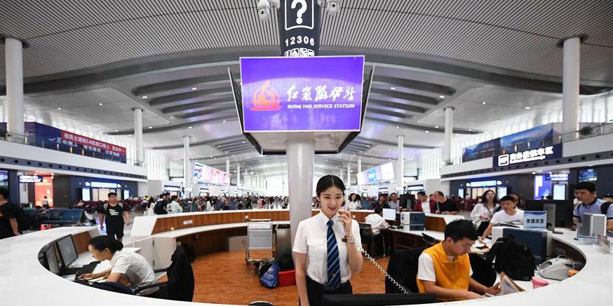 Funcionários trabalham na Estação Ferroviária de Chongqing Oeste