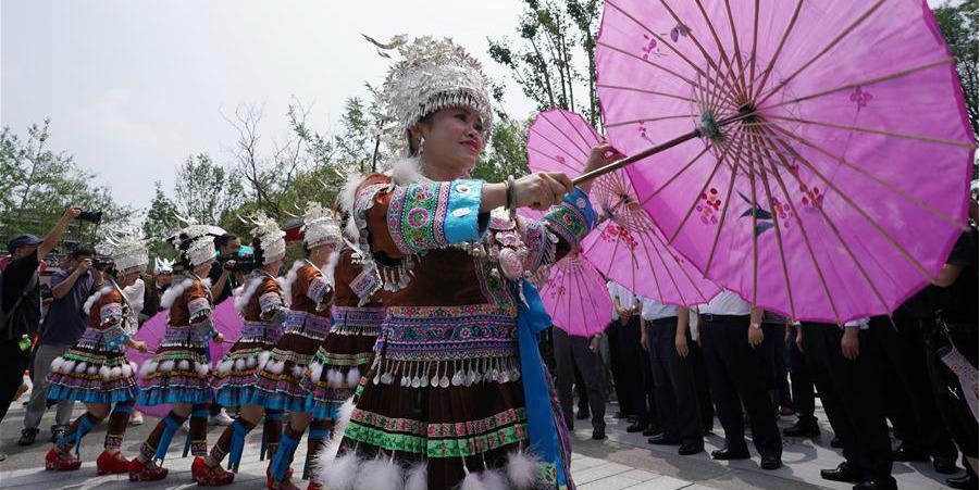 """Pessoas do grupo étnico Yi marcam Festival Hualian (""""cara pintada"""") em Yunnan, sudoeste da China"""