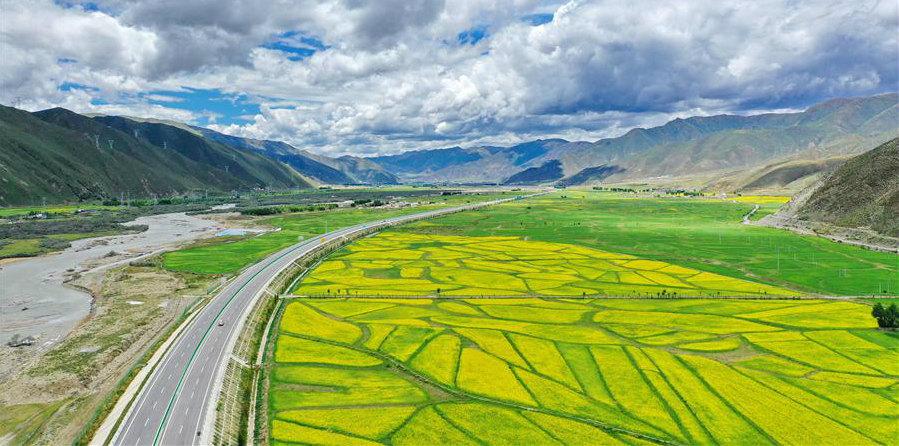 Paisagem ao longo da rodovia ligando Lhasa e Nyingchi do Tibet, sudoeste da China
