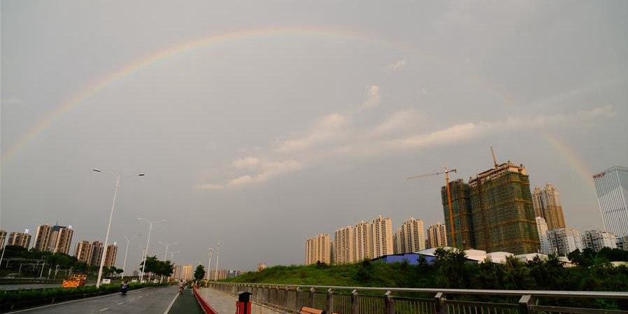 Arco-íris aparece depois de tempestade sobre a cidade de Nanning