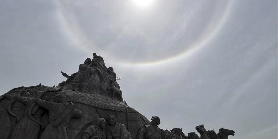 Fotos: Esculturas geram siluetas contra halos solares na Mongólia Interior, norte da China