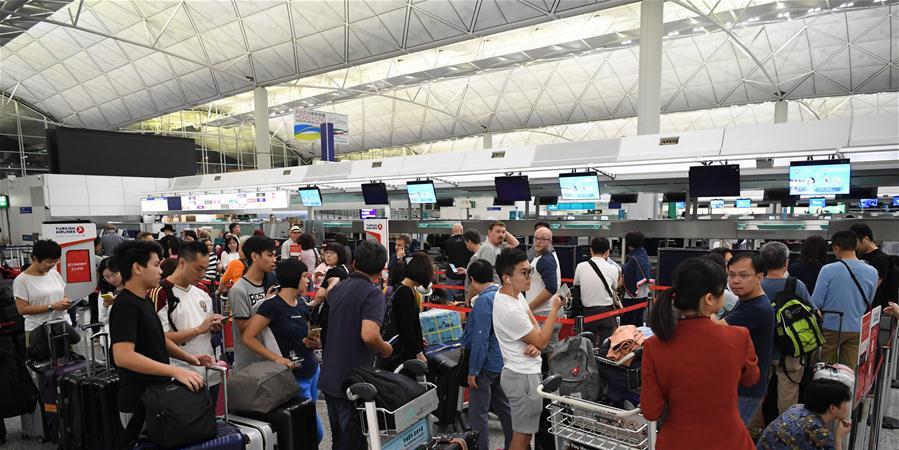 Aeroporto de Hong Kong volta a operar normalmente