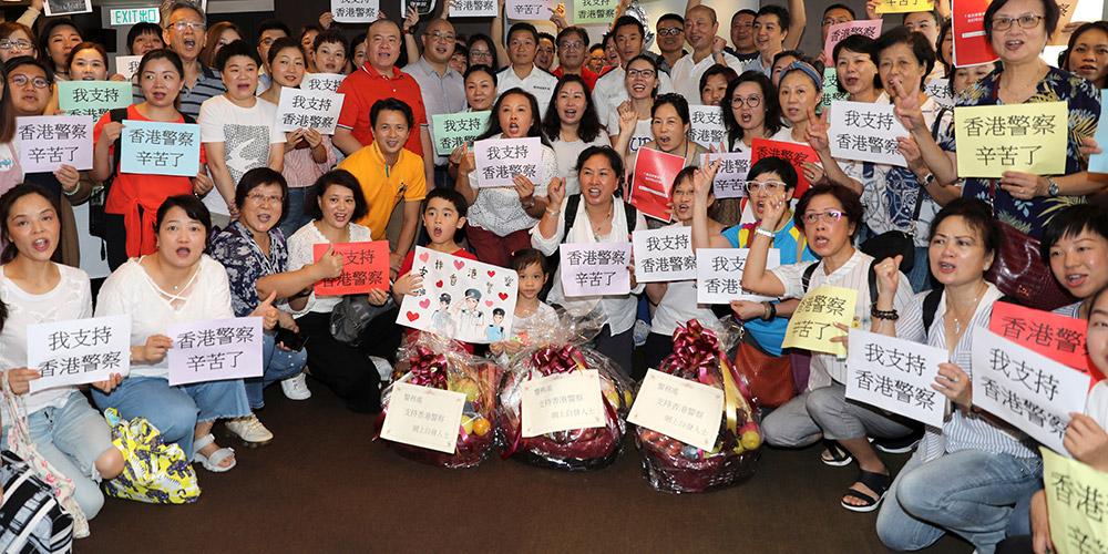 Moradores expressam apoio à polícia de Hong Kong na delegacia do Ponto Norte