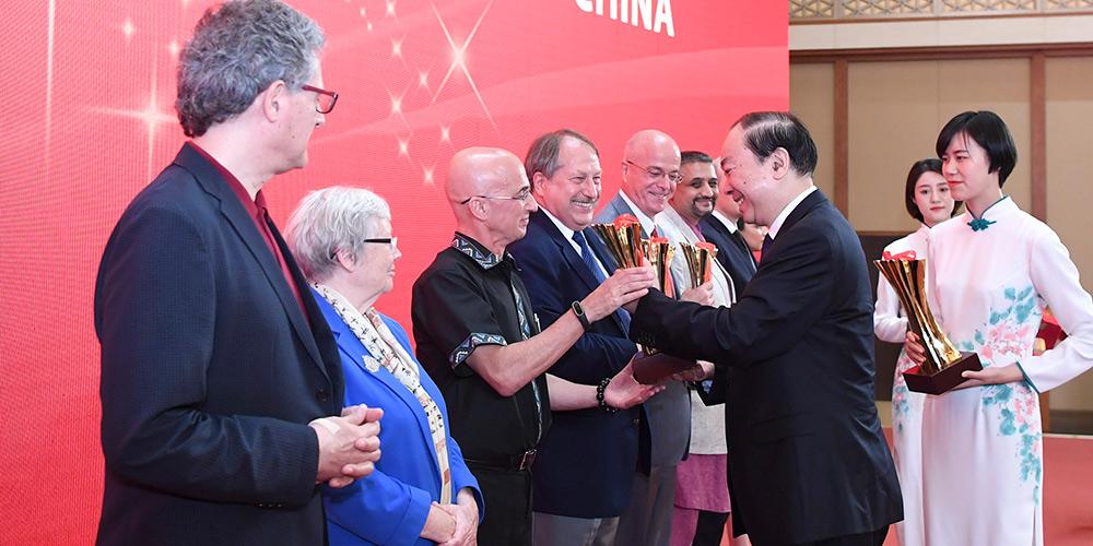 Quinze estrangeiros ganham prêmio mais alto de publicação por apresentar a China ao mundo