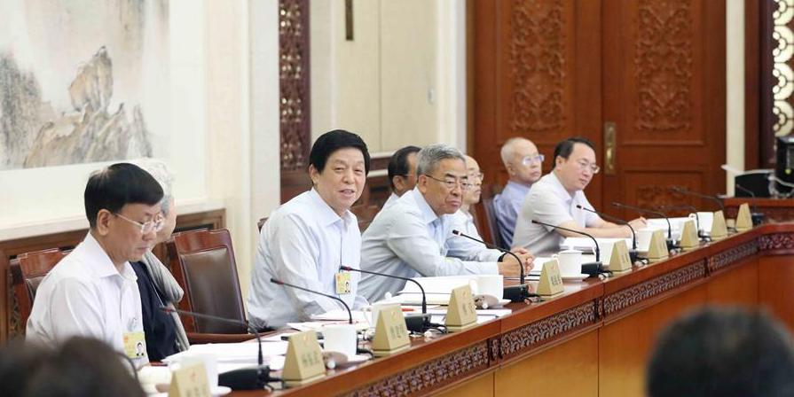 Mais alto órgão legislativo escuta relatórios sobre aplicação da lei e economia