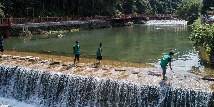 Voluntários ajudam a melhorar o ambiente local na cidade de Gaohong em Zhejiang, no leste da China