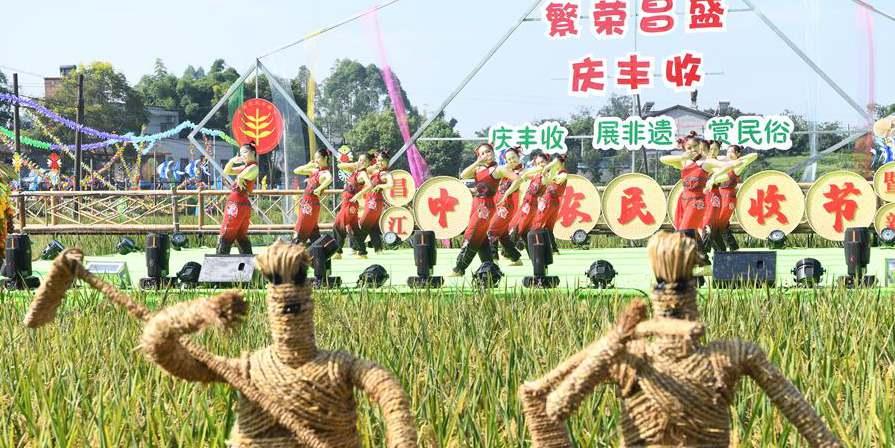 Pessoas celebram boa safra em Chongqing, sudoeste da China