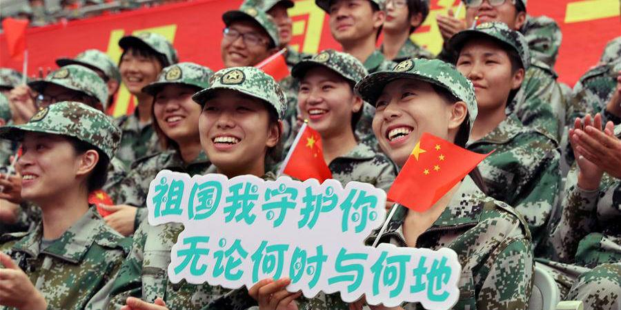 Estudantes da Universidade Fudan assistem a apresentação para marcar o Festival da Lua
