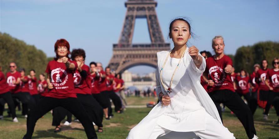 Pessoas praticam Qigong em Paris