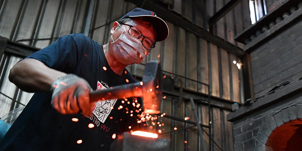 Fotos: Artesão trabalha na oficina de forjamento de facas em Kinmen, sudeste da China