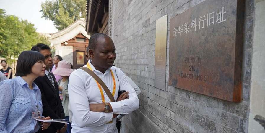 Jornalistas convidados para visitar a área de Qianmen em Beijing
