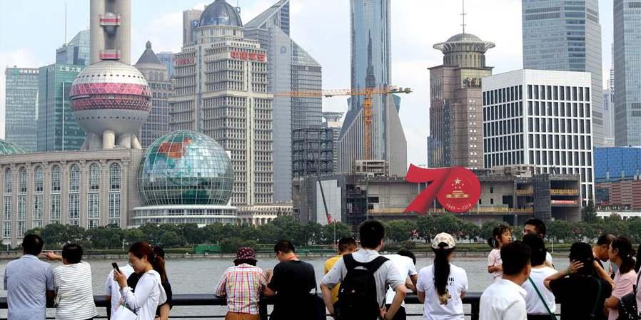 Decorações em comemoração ao 70º aniversário da fundação da RPC são instaladas em Shanghai