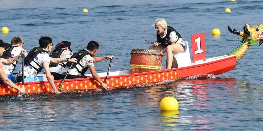 Corrida de barcos-dragão realizada em comemoração ao 70º aniversário da fundação da RPC