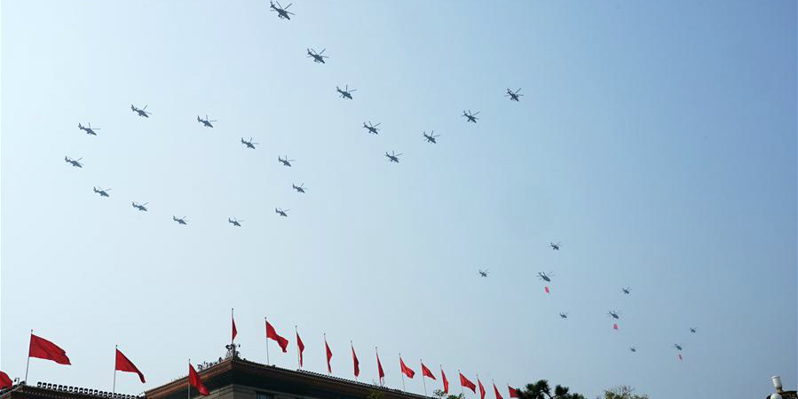 Parada militar começa com escalão de escolta de bandeiras sobrevoando a Praça Tian'anmen