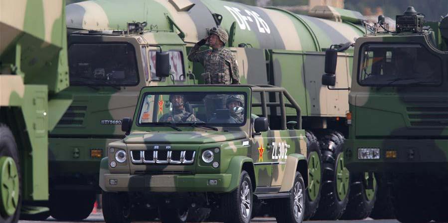 Mísseis convencionais e nucleares Dongfeng-26 passam por revista na parada militar do Dia Nacional