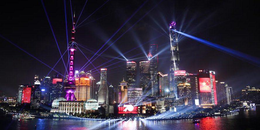 Vista noturna de Shanghai na véspera do Dia Nacional da China
