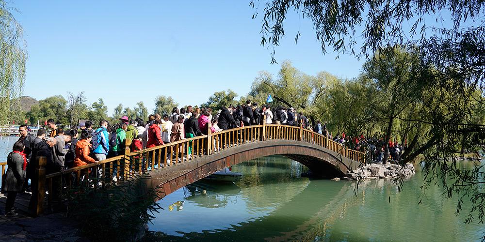 Turistas visitam Residência de Montanha de Chengde durante feriado do Dia Nacional