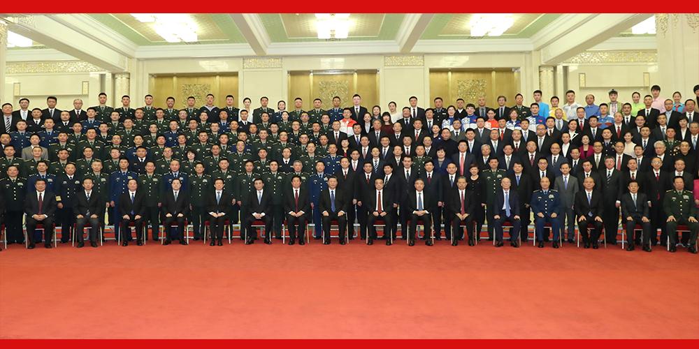 Xi reúne-se com representantes do pessoal que trabalharam para celebrações do aniversário da RPC