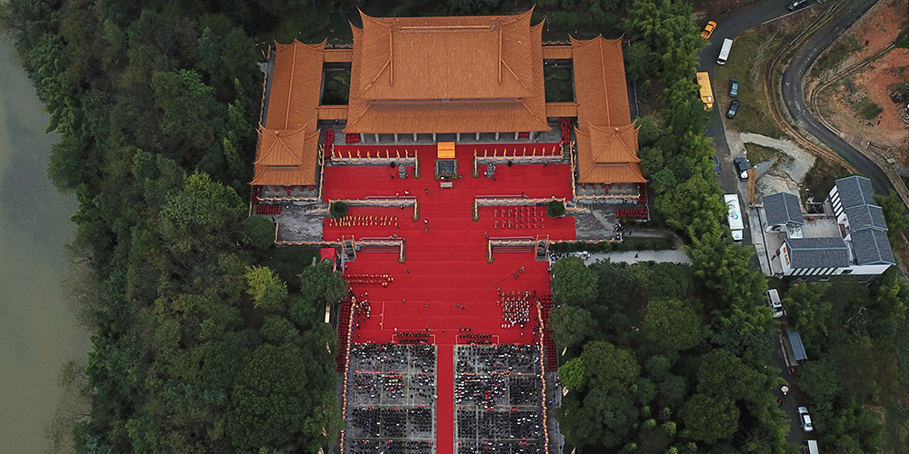Chineses realizam cerimônia em homenagem a Yandi, imperador lendário, em Hunan