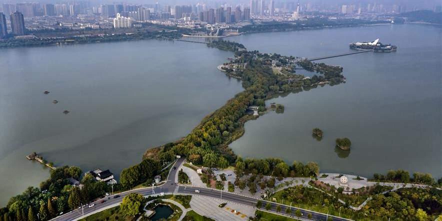 Paisagem da área turistíca do lago Yunlong em Xuzhou, província de Jiangsu, no leste da China