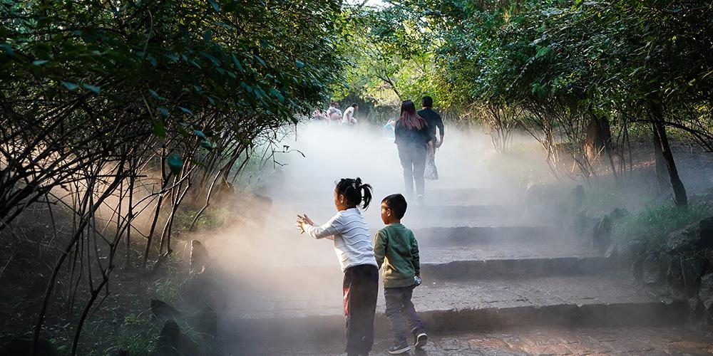 Turistas visitam a área cênica de montanha Maling em Jiangsu