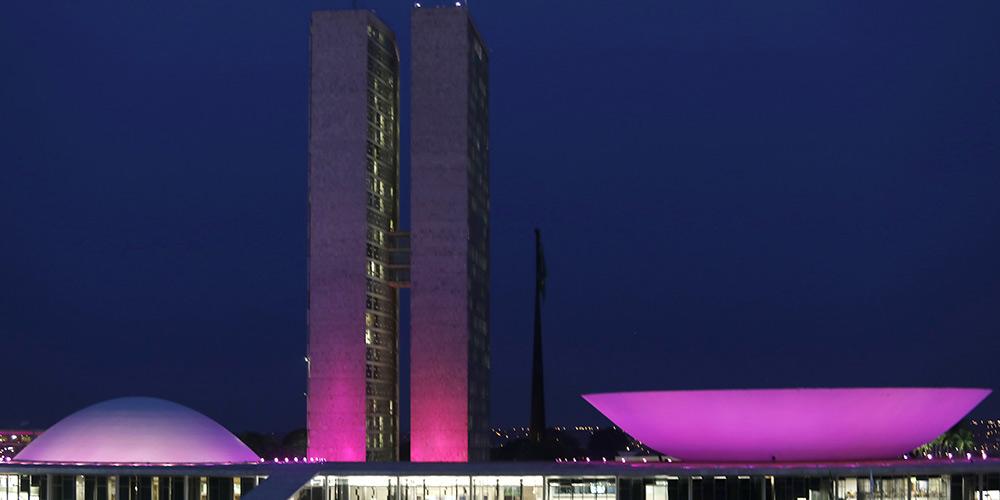Congresso Nacional é iluminado de rosa em outubro pela conscientização sobre câncer de mama