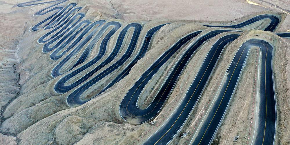 """Vista aérea da """"estrada do céu do planalto"""" em Xinjiang, noroeste da China"""