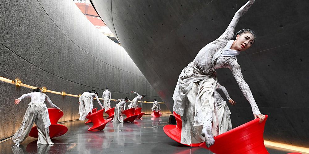 Show de dança realizado em antiga fábrica de aço em Beijing