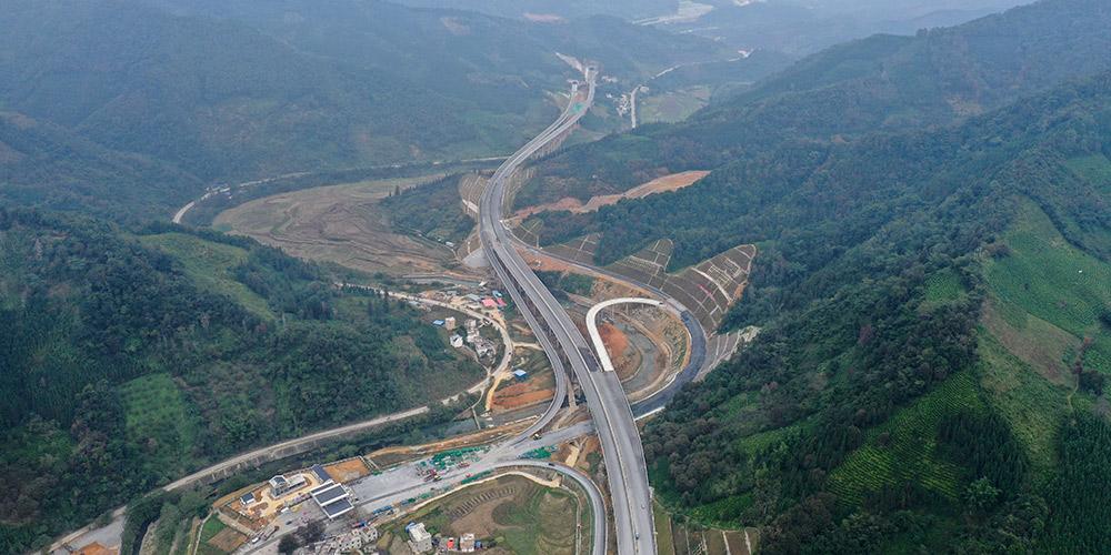 Vista aérea da rodovia Leye-Baise em Guangxi, sul da China