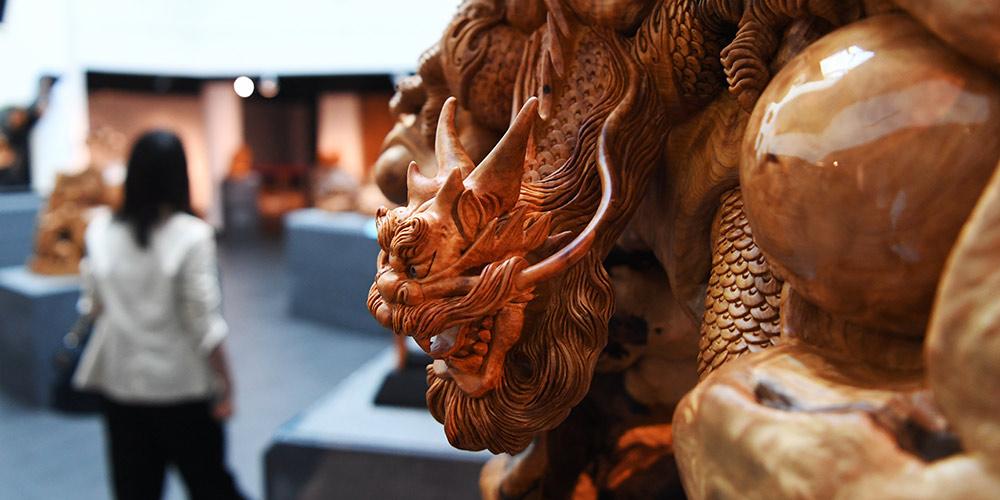 Esculturas de madeira exibidas em Taiwan, sudeste da China
