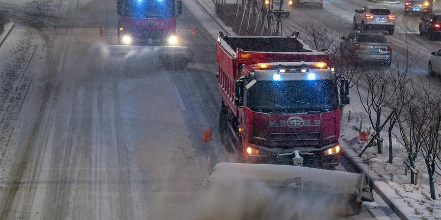 Funcionários usam caminhão limpa-neves para liberar ruas em Changchun, nordeste da China