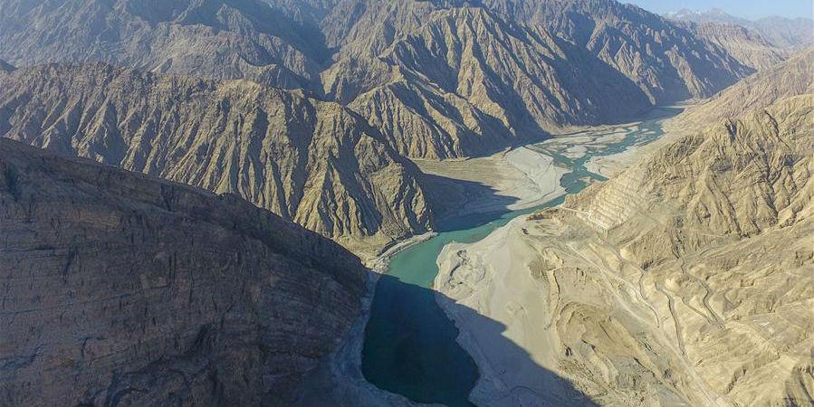 Barragem hidrelétrica do projeto de conservação da água de Aratax começa captação da água do rio Yarkant em Xinjiang