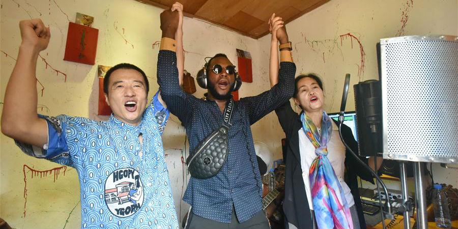 Fotos: Músico camaronês expressa agradecimentos aos médicos chineses com canção original