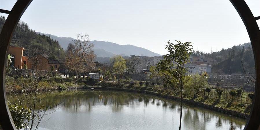"""Construção de """"belas vilas"""" transforma pequena aldeia em destino turístico popular"""