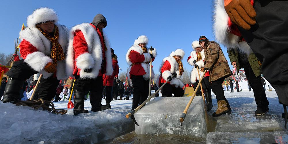 Trabalhadores começam a coletar gelo em rio em Harbin