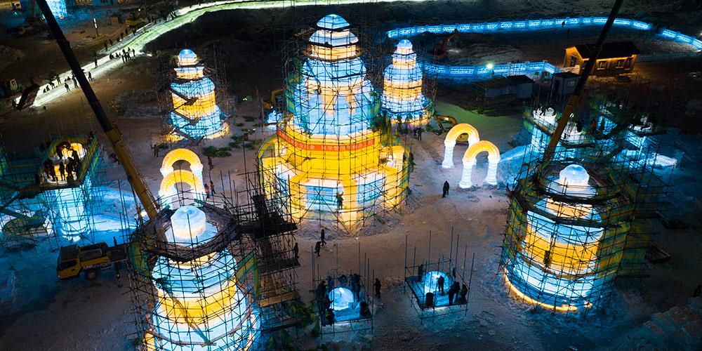 Construtores preparam abertura do Mundo de Gelo e Neve em Harbin