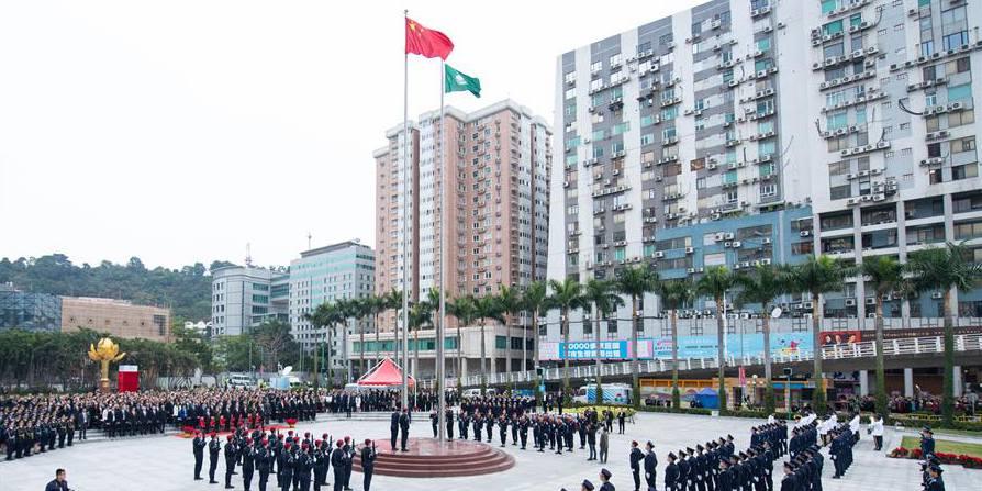 Cerimônia de hasteamento de bandeiras celebra o 20º aniversário do regresso de Macau à pátria