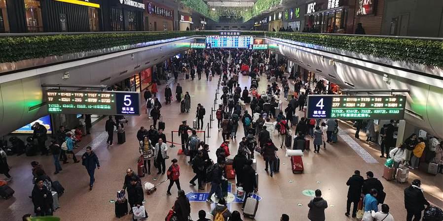 Fotos: Estações ferroviárias de Beijing no 1º dia da alta temporada de viagens