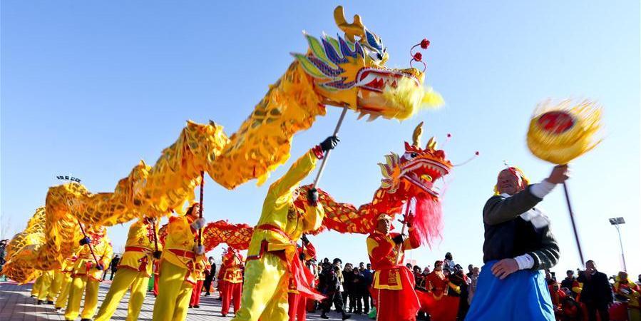 """Equipe de performance Moradores ensaiam a apresentação de """"Shehuo"""" para a Festa da Primavera em Gansu, noroeste da China"""