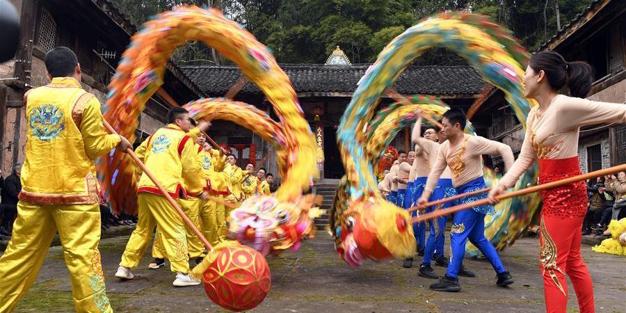 Voluntários apresentam dança do dragão e de leão para moradores em Sichuan