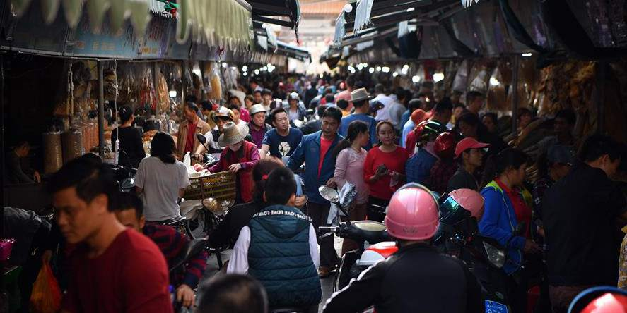 Pessoas em Haikou começam a fazer compras para a próxima Festa da Primavera