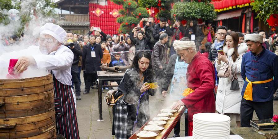 Grande banquete ao ar livre é realizado na cidade antiga de Zhongshan em Chongqing