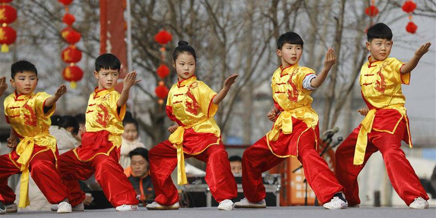 Apresentações folclóricas em toda a China antes do Ano Novo Lunar