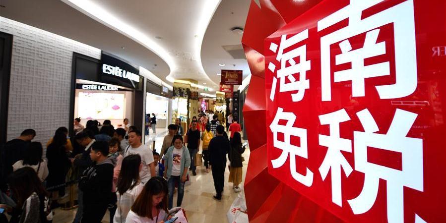 Clientes fazem compras em loja duty-free em Haikou, sul da China