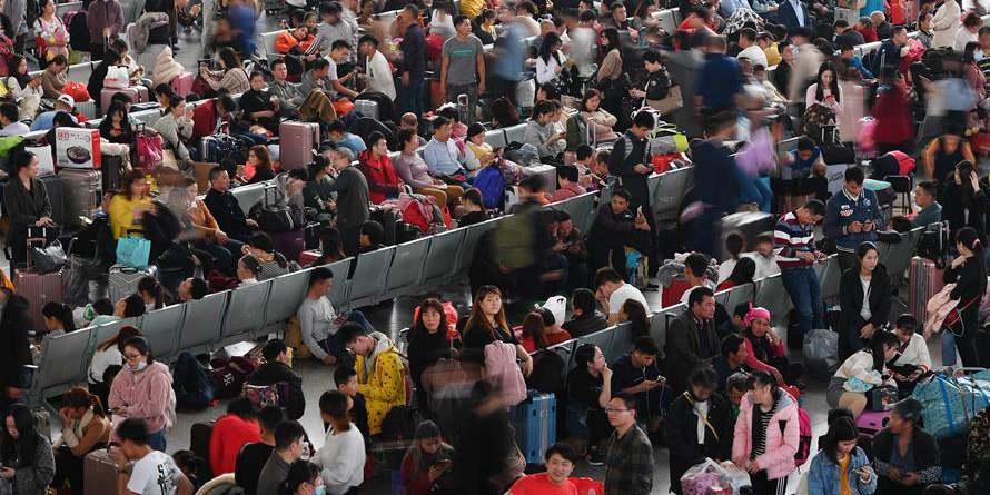 Uma vista da Estação Ferroviária Sul de Guangzhou durante a atla temporada de viagens da Festa da Primavera