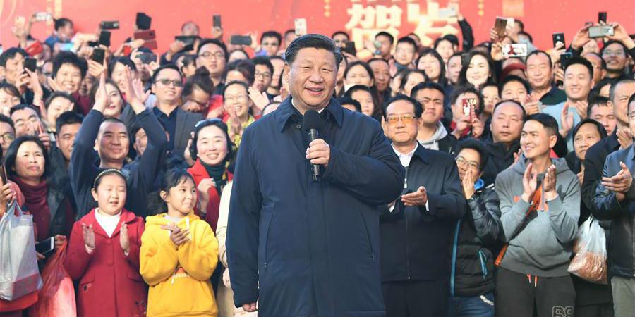Xi inspeciona feira de compras para Festa da Primavera em Kunming