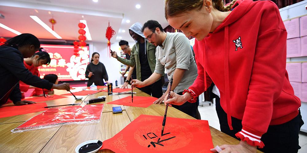 Estudantes estrangeiros vivenciam cultura popular chinesa durante Festa da Primavera em Heikou
