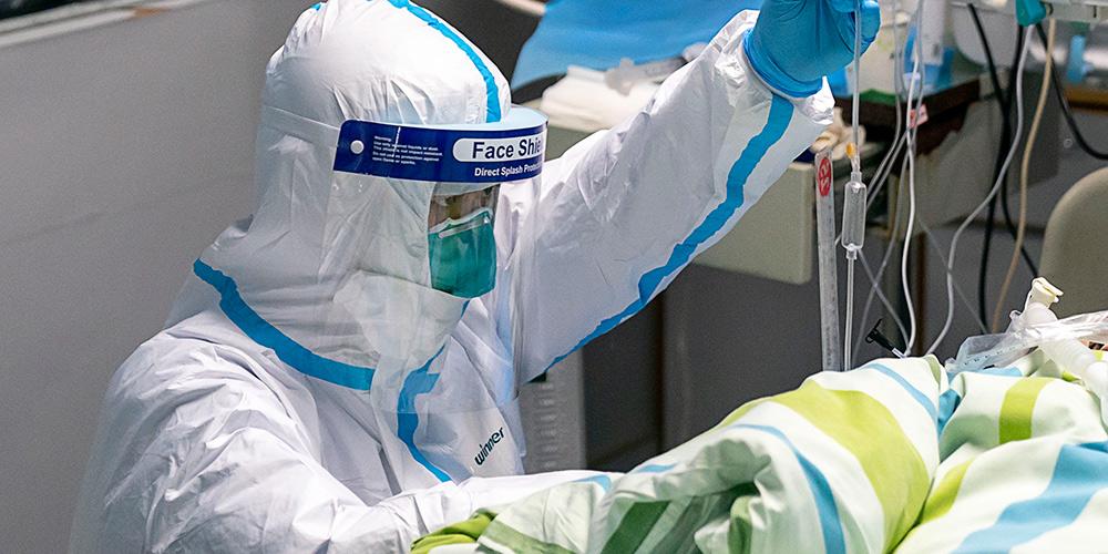Profissionais de saúde cuidam de pacientes em Wuhan
