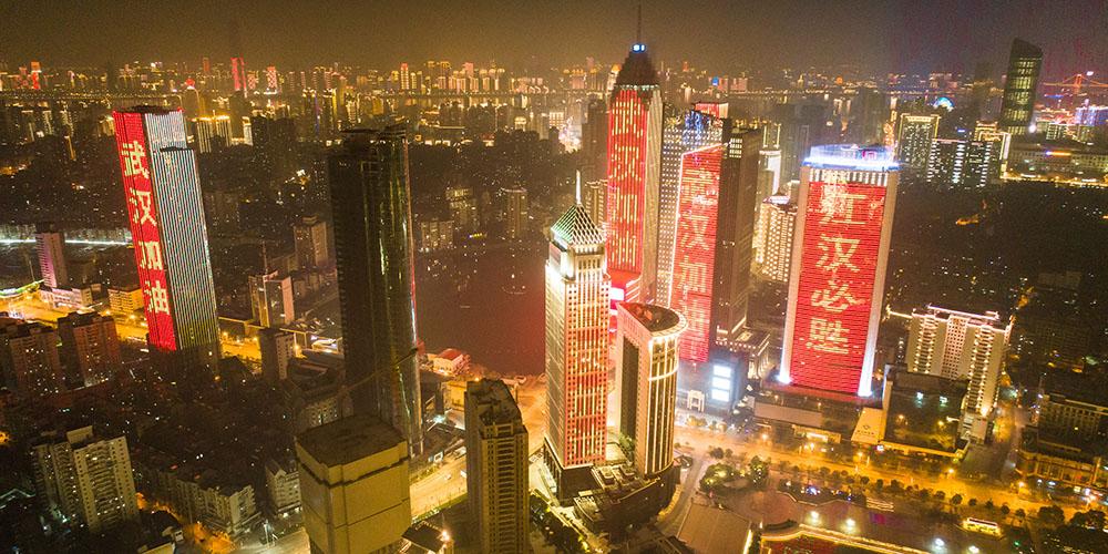 Edifícios em Wuhan ficam iluminados com frases de solidariedade