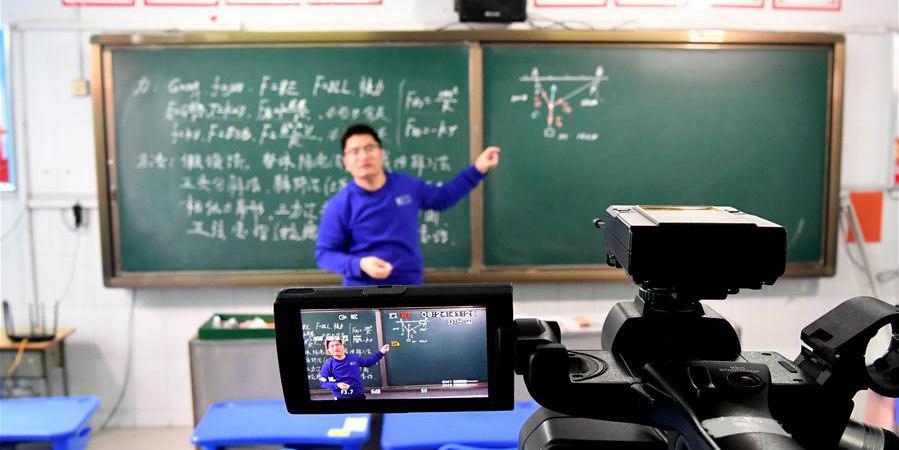 Professor começa a dar aulas on-line após adiamento do semestre escolar